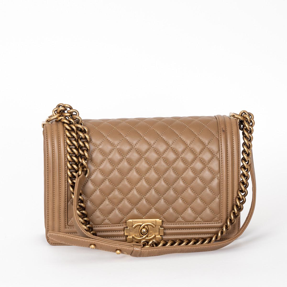 8c769a405b5 Sac Boy Chanel grand modèle en cuir matelassé beige foncé et d occasion.
